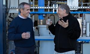 Ο Bill Gates δοκιμάζει φιλτραρισμένο νερό