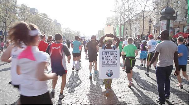 Γυναίκα τρέχει Μαραθώνιο στο Παρίσι με σανδάλια