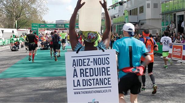 Γυναίκα τρέχει Μαραθώνιο με δοχείο νερού στο κεφάλι της