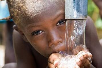 Παιδί πίνει νερό στην Αϊτή