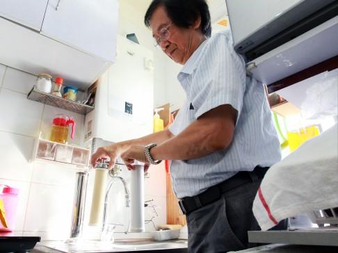 Κάτοικος τοποθετεί φίλτρο νερού