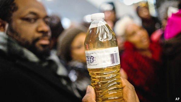 Βρώμικο νερό σε μπουκάλι