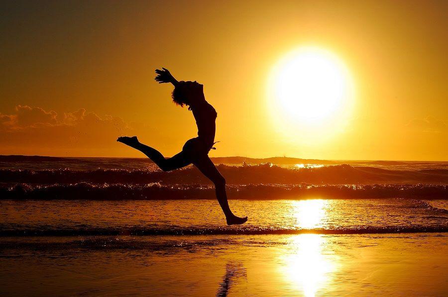 κοπέλα τρέχει στην παραλία