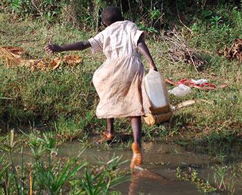Κορίτσι μαζεύει βρώμικο νερό στην Αφρική