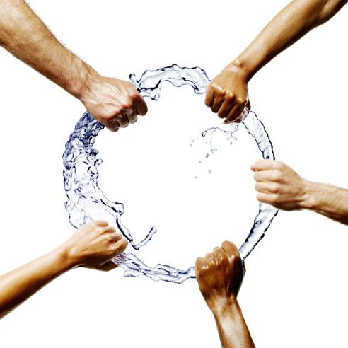 χέρια σε κύκλο από νερό