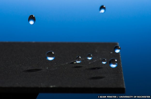 Νερό αναπηδά σε μέταλλο