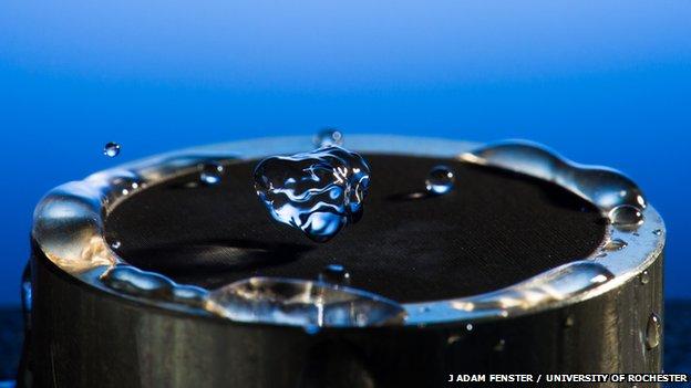 νερό αναπηδά σε μέταλλο και καθαρίζει