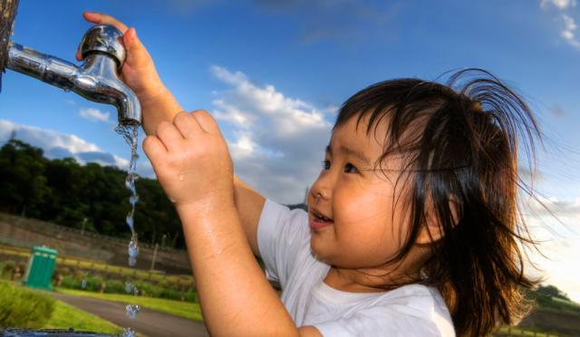 Παιδί στην Κίνα πίνει νερό