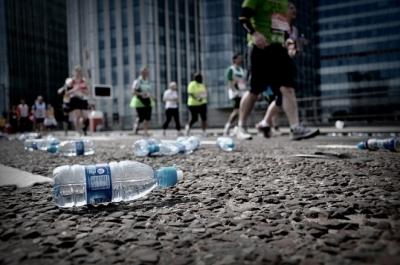 πλαστικά μπουκάλια πεταμένα στο δρόμο