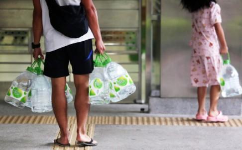Κάτοικοι στο Χονγκ Κονγκ κουβαλούν νερό