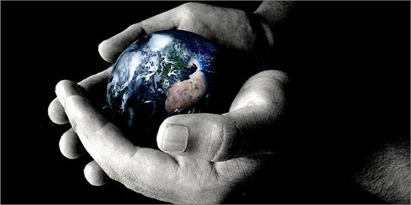 χέρια κρατάνε τη γη